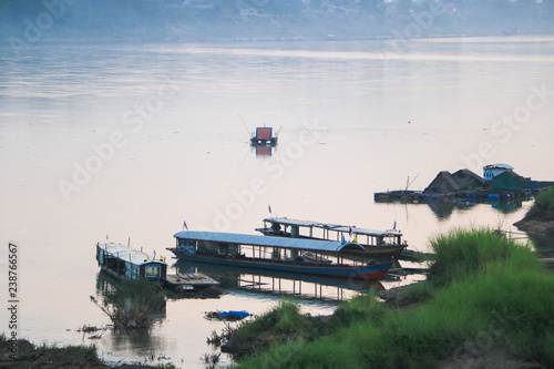 Photo sur Plexiglas Forme boat on the river