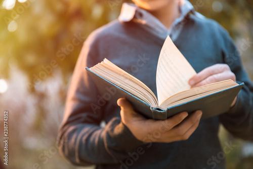 Pinturas sobre lienzo  Man reading book in nature