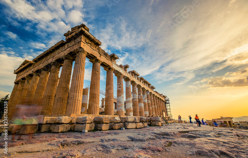 In de dag Athene Low angle perspective of columns of the Parthenon at sunset, Acropolis, Athens
