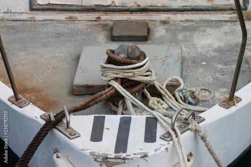 Foto  Bug eines alten Fischerbootes mit Tauen