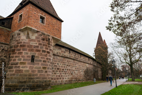 Papiers peints Con. ancienne Old city wall with watch towers surrounding medieval city.