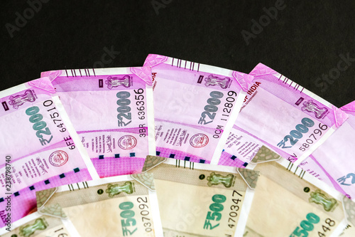 Fotografia  Close up view of brand new indian 500, 2000 rupees banknotes.
