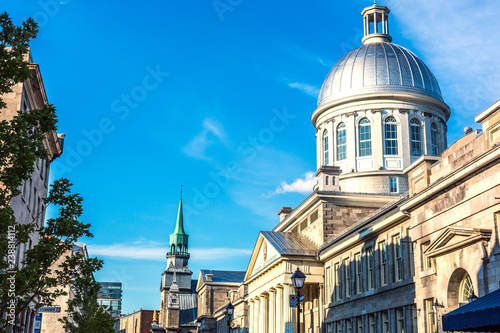 Foto  The Montreal city downtown in a blue sky summer day in Canada