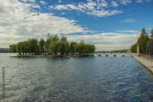 Foto  park outdoor Ukrainian city landmark view of big lake water surface and small is