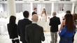 giovani sposi brindano con dello spumante il giorno del loro matrimonio