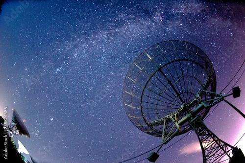 Radio telescopes and the Milky Way at night Canvas-taulu