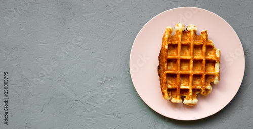Fotografía  Traditional belgian waffle on pink plate on concrete background, overhead view
