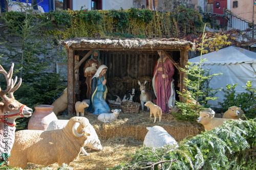 Photo Nativité dans une crèche de noël géante, Lucéram Peïra Cava Alpes-Maritimes Côte