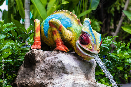 Photo sur Aluminium Cameleon statue of a bright multi-colored lizard with a fountain in Thailand