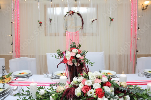 Fototapeta Pięknie przystrojony stół w restauracji dla młodej pary. obraz
