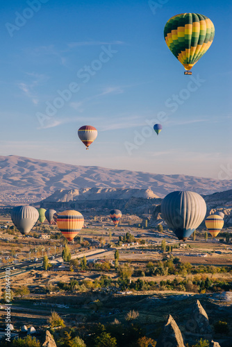 Poster Montgolfière / Dirigeable lots colorful balloons in sky above mountains