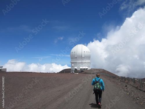 Wanderin mit Observatorium auf dem Mauna Kea  auf Hawaii