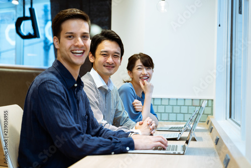 Fotografiet パソコンに向かう男性と女性