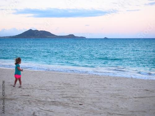 Photo  ビーチで遊ぶ女の子
