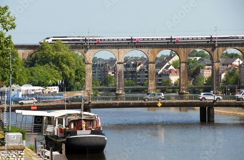 Fotografie, Obraz  Ville de Laval, pont de l'Europe et viaduc de Laval, une péniche est amarrée sur