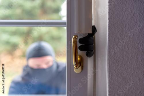 Einbrecher will mit einer Brechstange eine Haustür aufhebeln Canvas-taulu