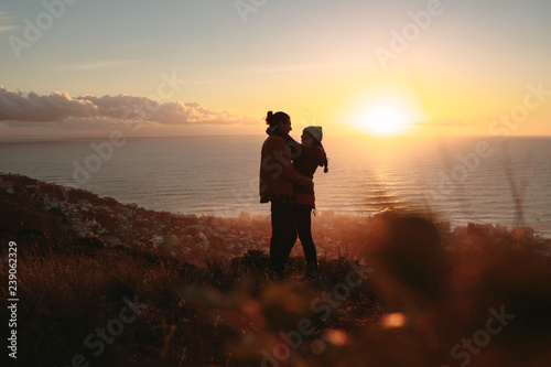 Photo Romantic couple embracing on mountain top at sunset