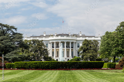 Photo The White House in Washington DC from the South Lawn on a beautiful day