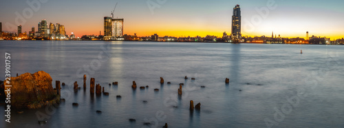 Poster de jardin Havana Long Exposure Picture of the East River At Dawn With Lond Island City in the Background
