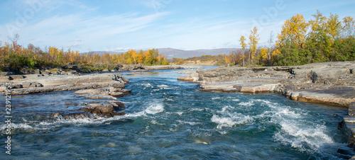 Montage in der Fensternische Blau türkis River in autumn. Abisko national park in Sweden.