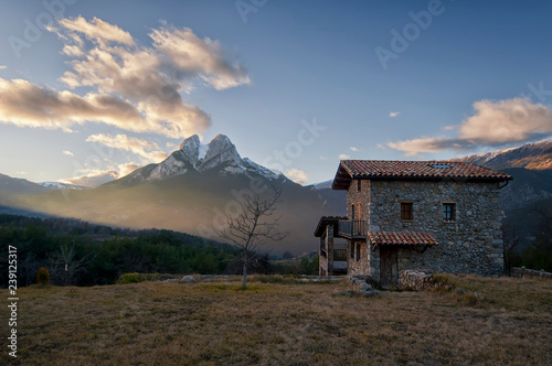 Spoed Foto op Canvas Grijze traf. Pedraforca's mountain near a small stone house