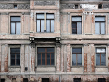 Alte, Kaputte Hausfassade ...