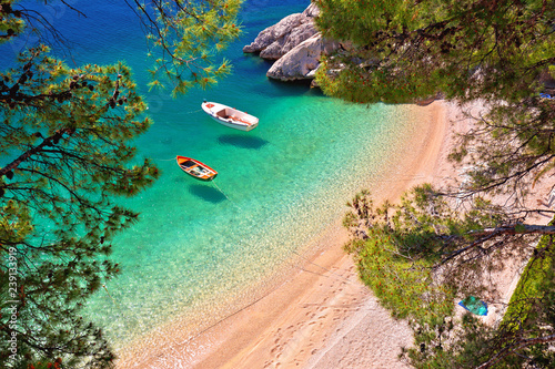 Photo  Hiden beach in Brela with boats on emerald sea aerial view