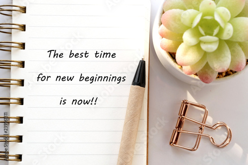 Fotografía  The best time for new beginnings is now, new year positive quotation on note pap