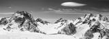 Czarno-biała panorama zaśnieżonych gór i nieba z chmurami - 239215960