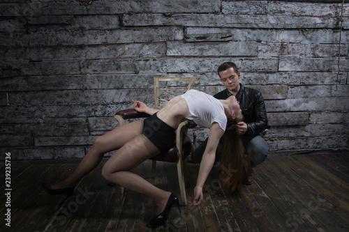 Valokuva  Man puts woman  to sleep with chloroform