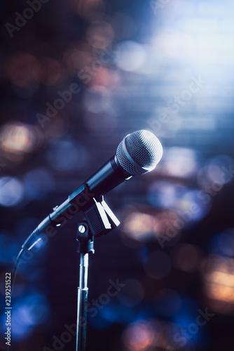 Fotografia  microphone on a stage