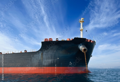 Photo The bow of a huge bulk carrier at anchored in the roads.