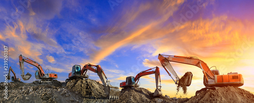 Pinturas sobre lienzo  Many excavators work on construction site at sunset,panoramic view