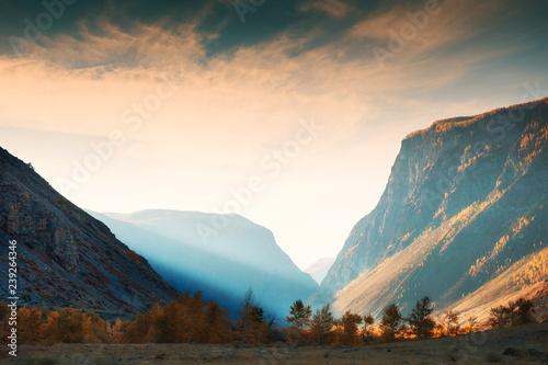 halny-wawoz-w-chulyshman-rzecznej-dolinie-altai-republika-syberia-rosja-jesienny-krajobraz