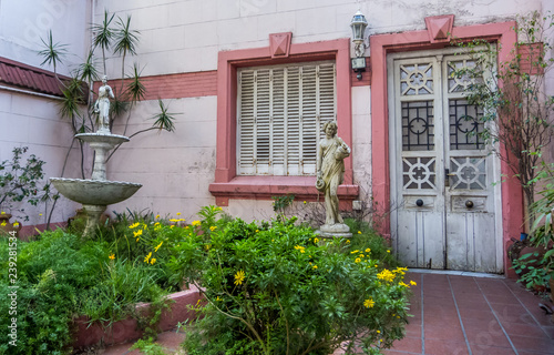 In de dag Boho Stijl Statues in a front yard, selective focus