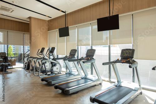 Fototapeta premium Nowoczesne centrum fitness z dekoracją sprzętu do ćwiczeń. tło wnętrz