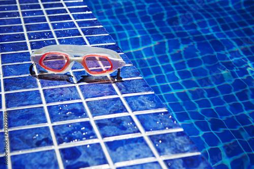 Fotografía Swimming goggles at poolside