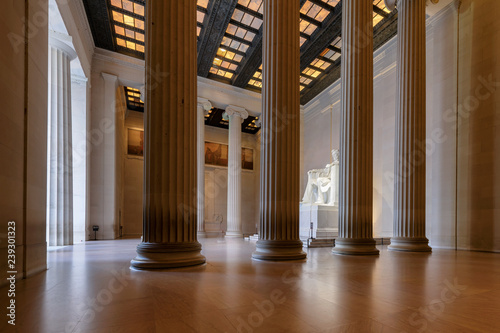 Fotografia  The Lincoln Memorial indoors at Sunrise on the National Mall in Washington DC