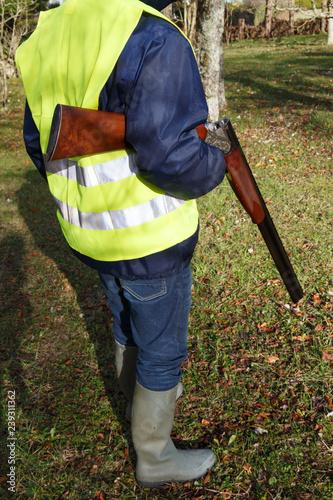 Chasseur avec sa carabine sous le bras