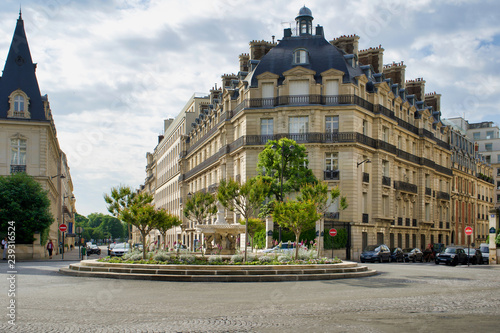 Photo PARIS, FRANCE - MAY 26, 2018: historic buildings on one of the central streets o
