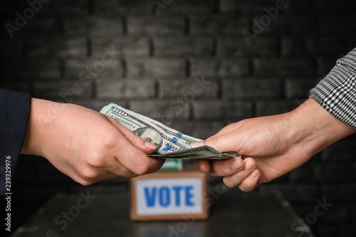 Obraz na płótnie Politician taking bribe from woman on dark background