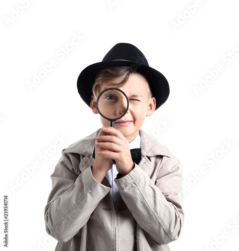 Photo Cute little detective with magnifying glass on white background