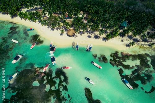 widok-z-lotu-ptaka-tropikalnej-plazy-dominikana