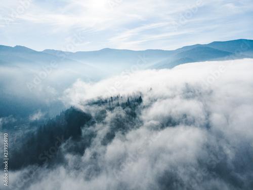 widok-z-lotu-ptaka-grud-i-mgly-nad-gorskimi-wzgorzami-magiczny-czas