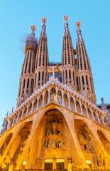 Panoramiczny widok Sagrada Familia katedra przy wieczór czasem w Barcelona