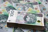 Tło z polskich banknotów 100 złotowych. Finansowe streszczenie tekstury.