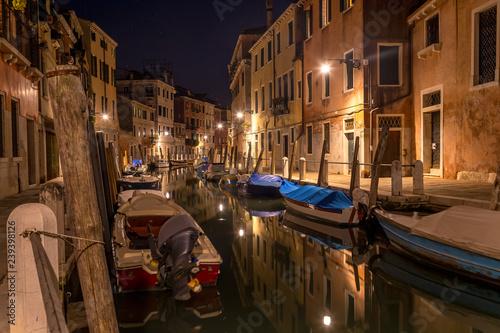 Fotografía  Typical night canal street in Venice, Venezia