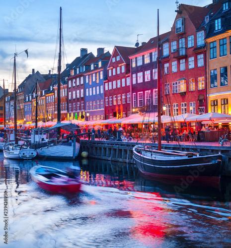 Foto auf AluDibond Stadt am Wasser People Nyhavn harbor embankment, Sopenhagen