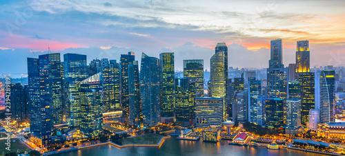 Naklejka premium Panorama śródmieścia Singapuru nocą