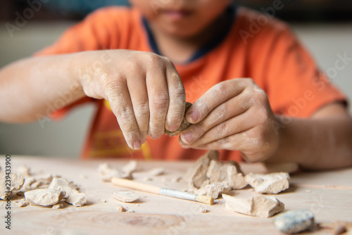 Photo Kid playing with educational archaeology toy